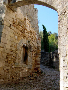 Cobbled stone street in Oppede le Vieux http://www.provenceweb.fr/f/vaucluse/oppede/oppede.htm