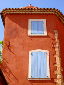 Beautiful red house in Roussillon http://www.avignon-et-provence.com/luberon/roussillon/gb/index.html