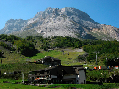 From Laruns, we start climbing to Eaux-Bonne and up to Gourette (ski resort)  http://www.climbbybike.com/climb.asp?Col=Col-de-lAubisque&qryMountainID=6039