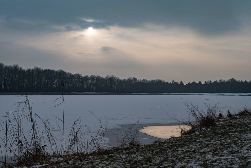 Zugefrorener Kuhsee im Morgenlicht, Hochablass, Augsburg, Schwaben, Bayern, Deutschland