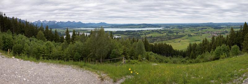 Blick auf das Alpenvorland mit dem Forgensee, Barmsee und Füssen im Hintergrund, Oberbayern, Bayern, Deutschland