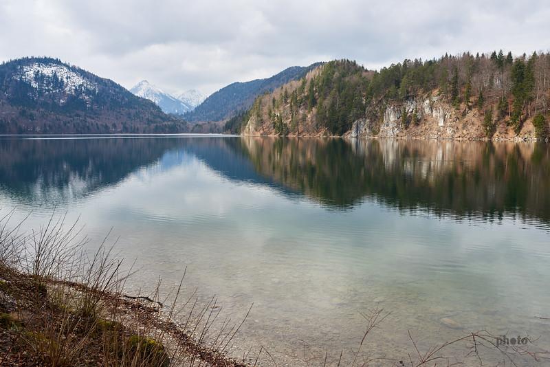 Alpsee bei Hohenschwangau mit Bergen im Hintergrund, Bayern, Deutschland