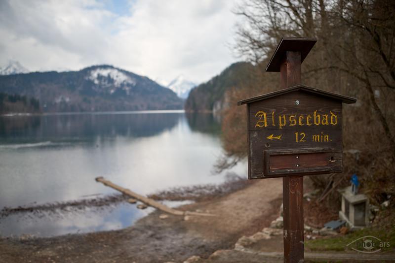 Alpsee bei Hohenschwangau mit Wegweiser zum Alpseebad, Bayern, Deutschland
