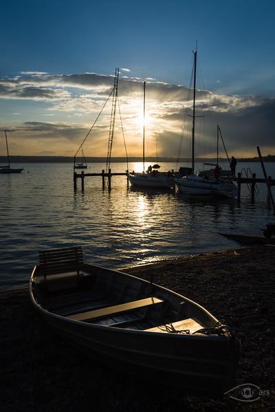 Sonnenuntergang am Ammersee mit Ruderboot im Vordergrund, Herrsching, Bayern, Deutschland