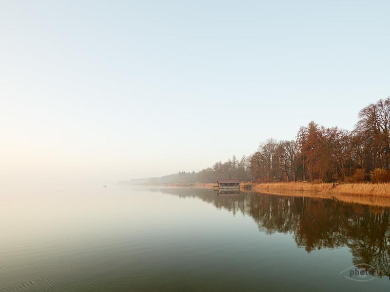 Fischerhaus und Segelboot am Ammersee bei Sonnenaufgang, Utting am Ammersee, Bayern, Deutschland