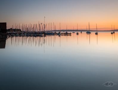 Sonnenaufgang mit Booten am Ammersee, Oberbayern, Bayern, Deutschland