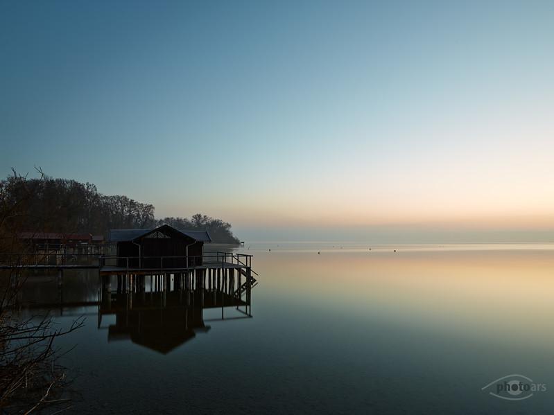 Fischerhäuser am Ammersee bei Sonnenaufgang, Utting am Ammersee, Bayern, Deutschland