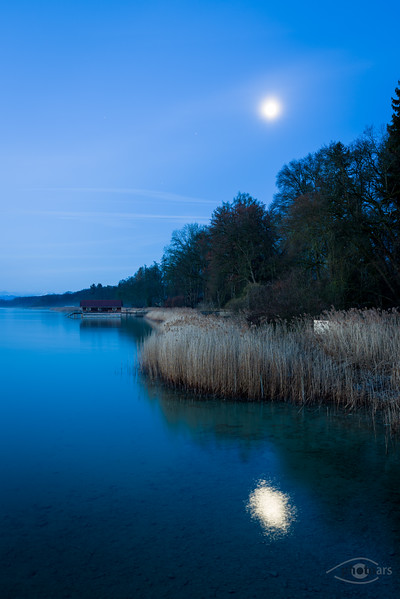 Mond über dem Ufer des Ammersees, Utting, Bayern, Deutschland