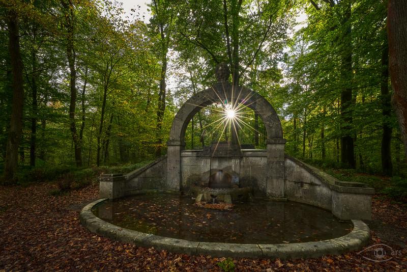 Schäzler-Brunnen, Siebentischwald im Herbst, Augsburg, Schwaben, Bayern, Deutschland