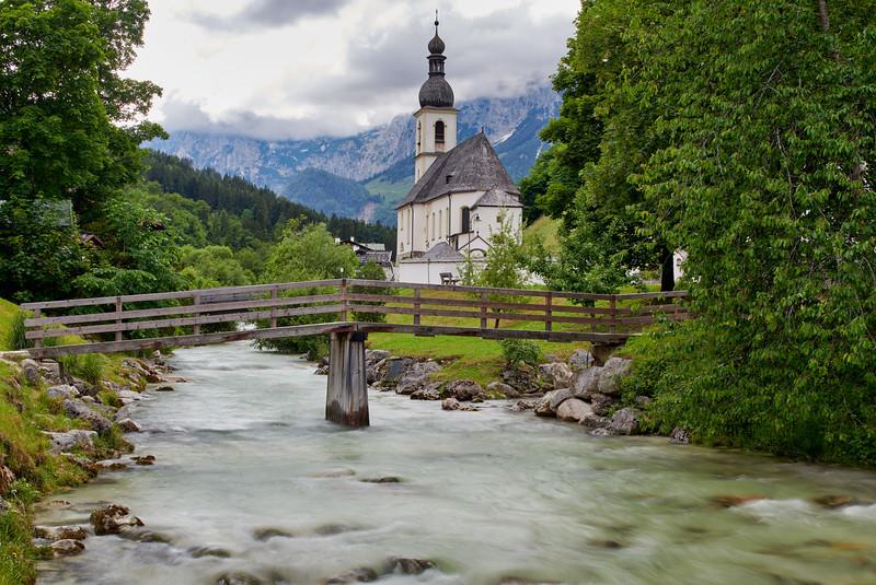 St. Sebastian mit Ramsauer Ache, Ramsau, Berchtesgaden, Oberbayern, Bayern, Deutschland