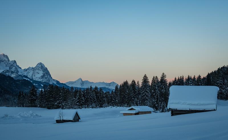 Schneebedeckte Felder am Geroldsee mit Blick auf den Waxenstein, Oberbayern, Bayern, Deutschland