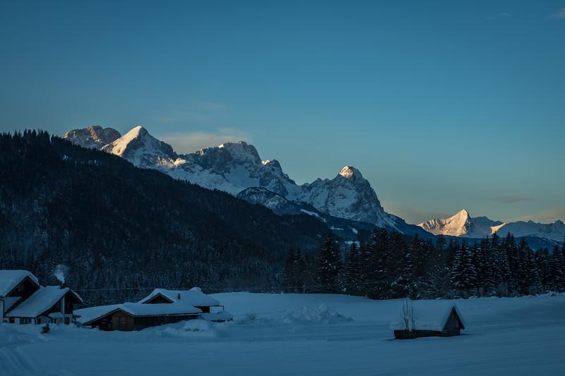 Schneebedeckte Felder am Geroldsee mit Blick aufs Zugspitzmassiv und Waxenstein, Oberbayern, Bayern, Deutschland