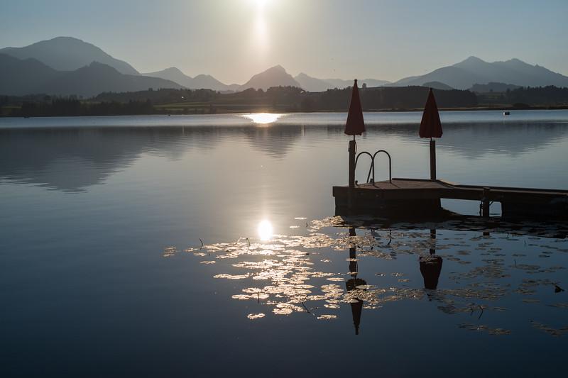 Steg am Hopfensee im Gegenlicht, Hopfen am See, Ostallgäu, Bayern, Deutschland