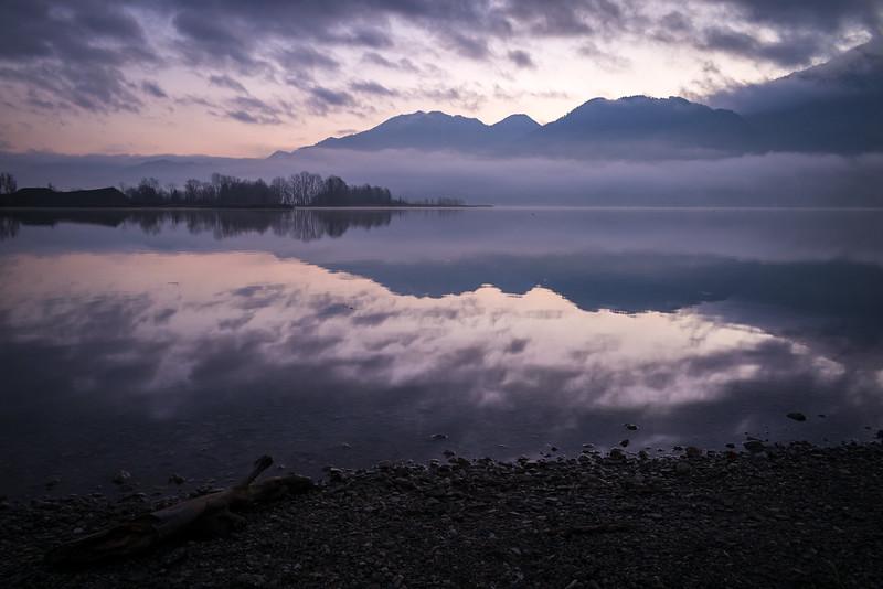 Sonnenaufgang mit Nebel am Kochelsee, Raut, Oberbayern, Bayern, Deutschland
