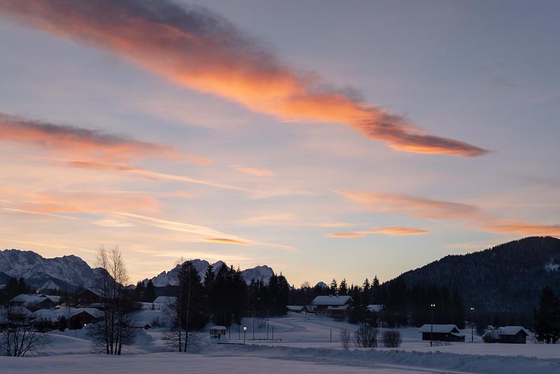 Krün mit Blick auf das Alpspitzmassiv, Oberbayern, Bayern, Deutschland