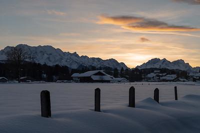Krün mit Blick auf das Wettersteinmassiv, Oberbayern, Bayern, Deutschland