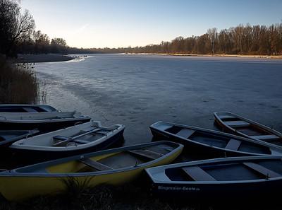 Kuhsee mit Booten am Morgen im Winter, Augsburg, Schwaben, Bayern, Deutschland