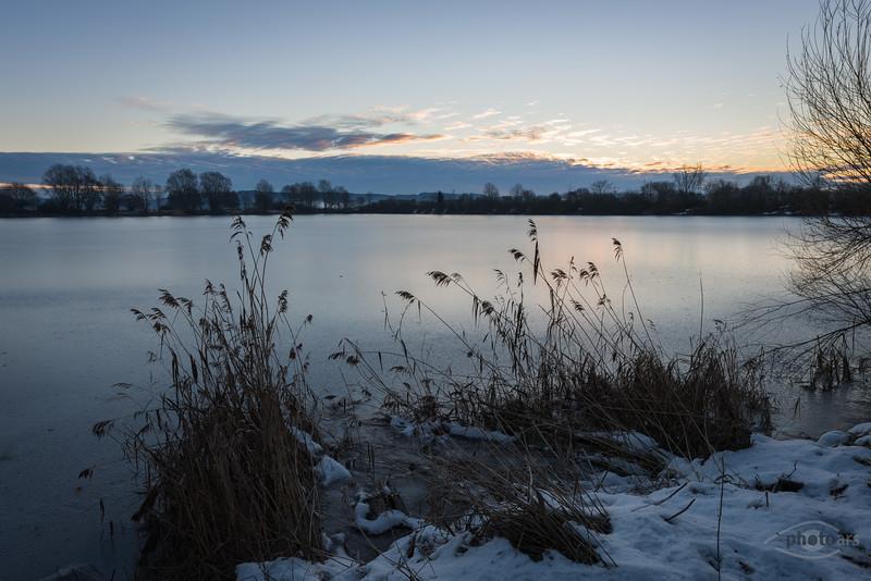 Sonnenaufgang am Sandner Baggersee, Bayern, Deutschland