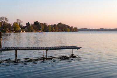 Steinebach und Segelboot am Abend, Oberbayern, Bayern, Deutschland
