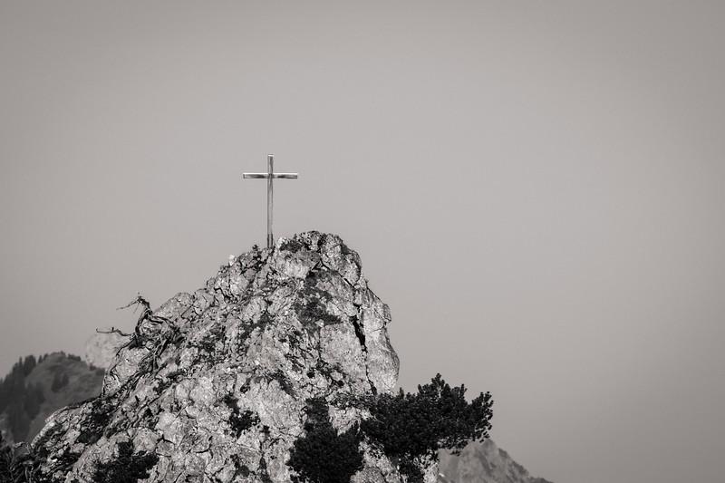 Gipfelkreuz vom Pürschlinghaus aus gesehen, Bayern, Deutschland