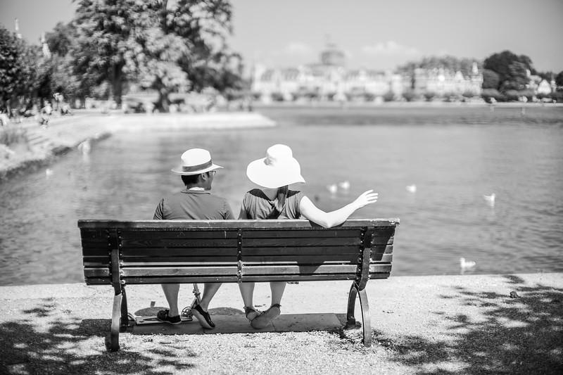 Zwei auf der Bank am Hafen von Konstanz, Baden-Württemberg, Deutschland