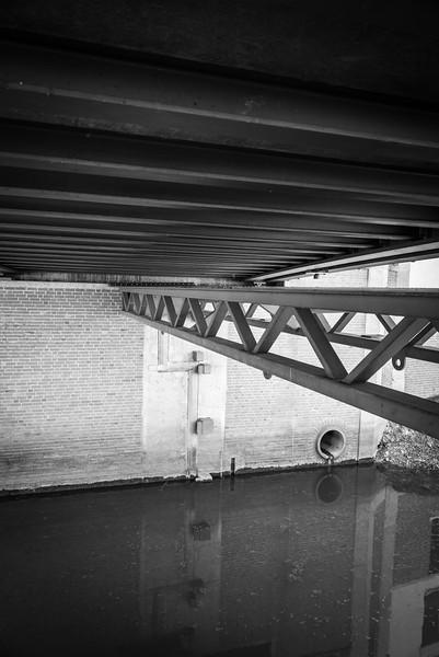 Brückenausschnitt über ein Altwasser der Wörnitz, Donauwörth, Bayern, Deutschland