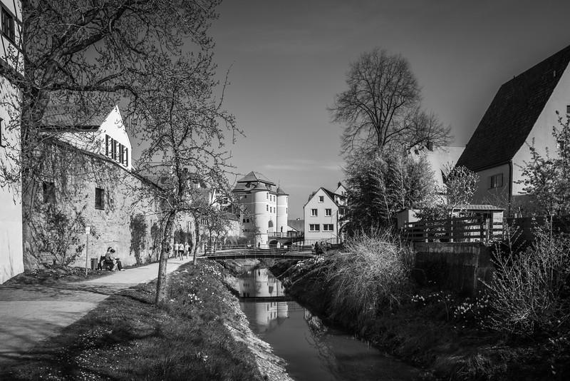 Altwasser der Wörnitz mit Blick auf Rieder Tor, Donauwörth, Bayern, Deutschland