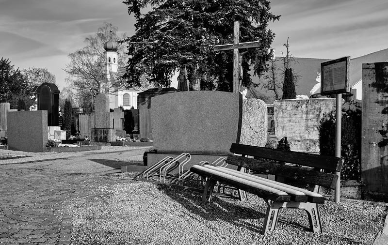 Friedhof mit evangelischer Kirche in Mering, Schwaben, Bayern, Deutschland