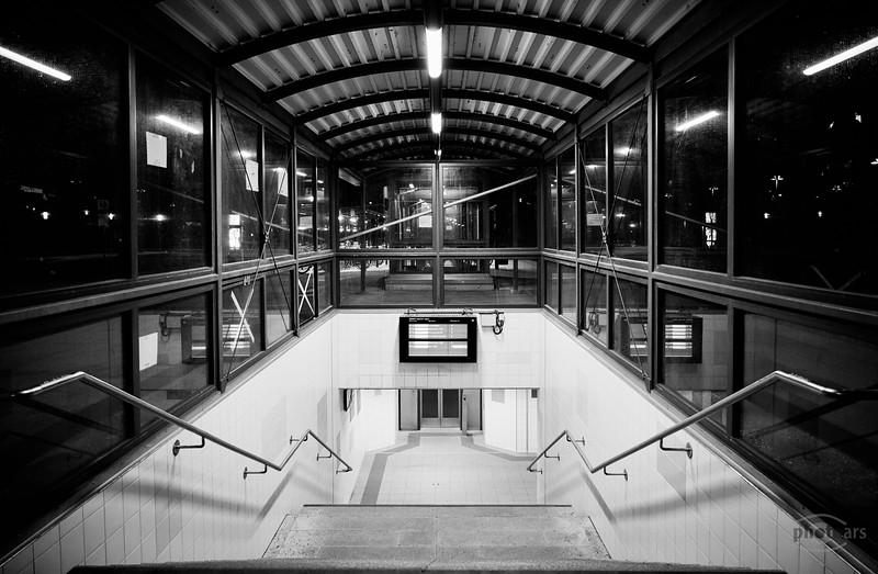 Treppe zu den Bahnsteigen in Mering, Schwaben, Bayern, Deutschland