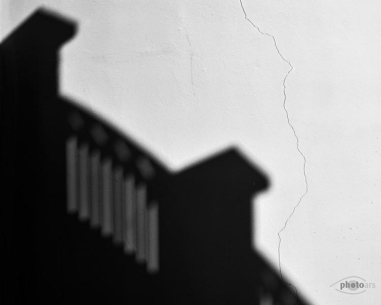 Schatten auf der Hausmauer mit Riss, Donauwörth, Schwaben, Bayern, Deutschland