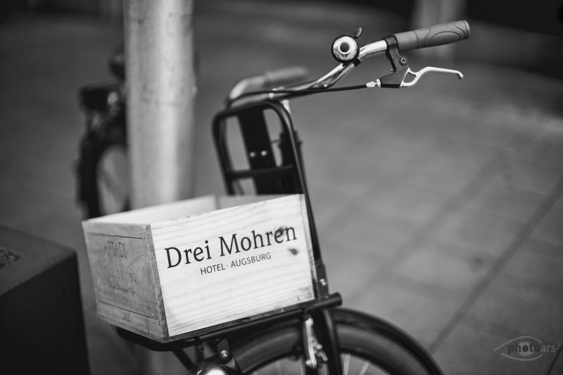Fahrrad vor dem Hotel Drei Mohren, Augsburg, Schwaben, Bayern, Deutschland