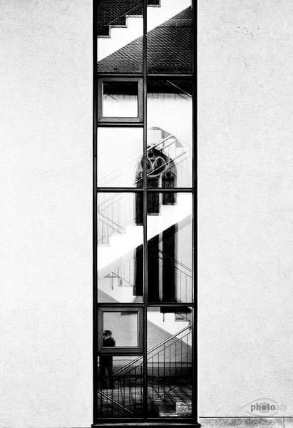 Reflektion eines Kirchenfensters in einem Fenster mit Treppe, Donauwörth, Donau-Riess, Schwaben, Bayern, Deutschland