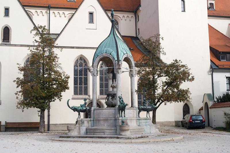 Brunnen vor der Kirche mitten in Kempten, Allgäu, Bayern, Deutschland