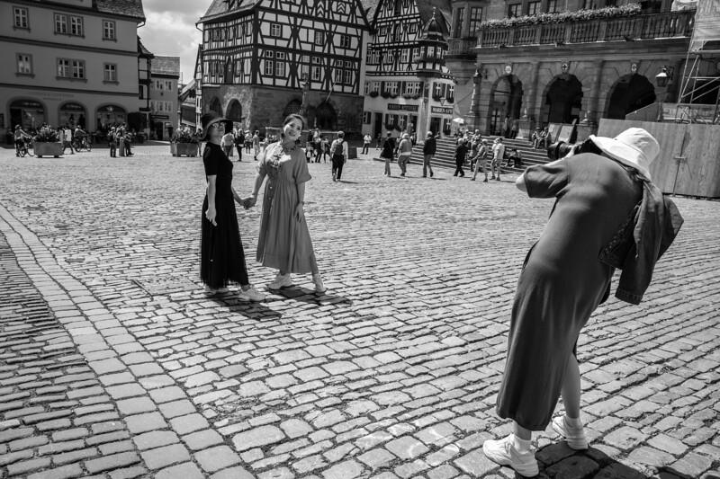 Asiatische Touristen fotografieren sich, Rothenburg ob der Tauber, Mittelfranken, Bayern, Deutschland