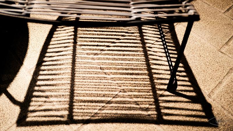 Linien und Schatten, Stuhl vor einem Laden am Rathausplatz, Augsburg, Schwaben, Bayern, Deutschland