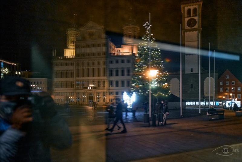 Spiegelung des Rathausplatzes mit Rathaus, Perlachturm und dem Weihnachtsbaum mit Engel, Augsburg, Schwaben, Bayern, Deutschland