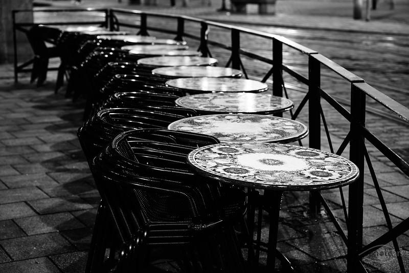 Zusammengestellte Tische und Stühle, Moritzplatz, Augsburg, Schwaben, Bayern, Deutschland