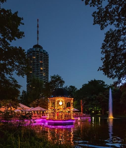 Hotelturm bei Nacht mit Wittelsbacher Park, Augsburg, Schwaben, Bayern, Deutschland