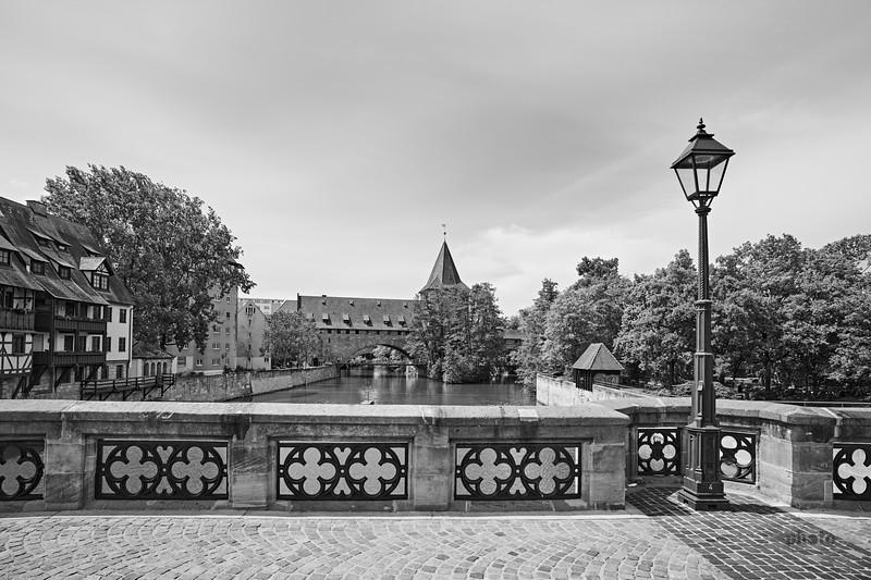 Blick auf den Schlayerturm und den Kettensteg an der Pegnitz, Nürnberg, Mittelfranken, Bayern, Deutschland