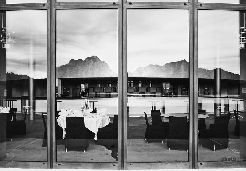 Spiegelung des Forggensees in den Fenstern des Festspielhauses, Füssen, Oberbayern, Bayern, Deutschland