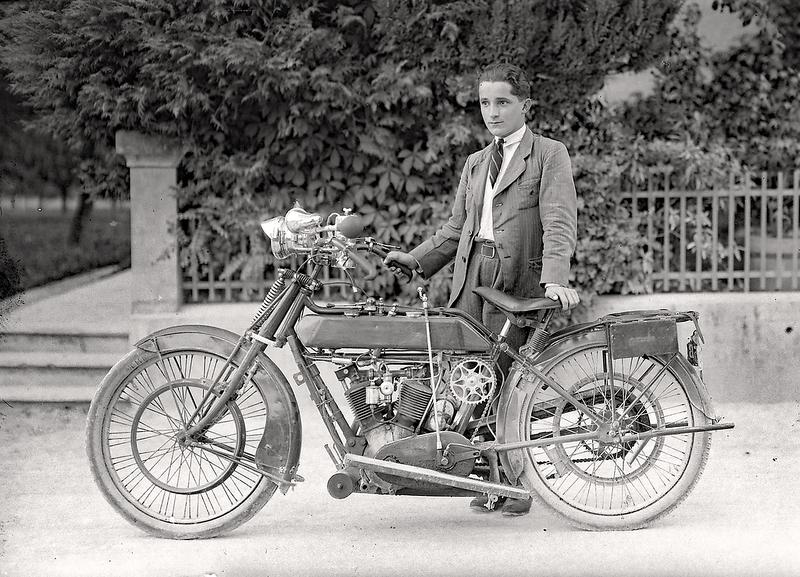 054a Stolzer Motorradfahrer mit seiner Maschine um 1920