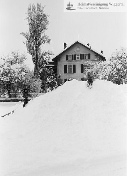 Nebikon Winter Kinder mit Schlitten 1976-1977