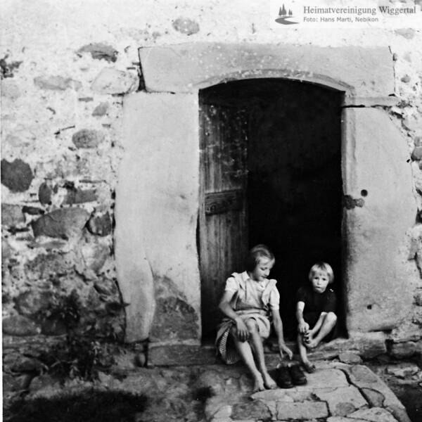 Junge und Mädchen vor Eingang