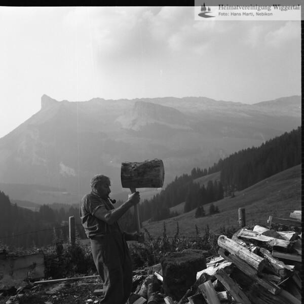 #030047 | Franz-Josef Vogel (1903-1996); Alp Arnibärgli; Krampf beim Holz spalten; anv
