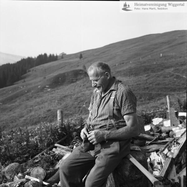 #030041 | Franz-Josef Vogel 1903-1996; Arnibärgli, Sörenberg; Tabakpause beim Holzhacken; anv