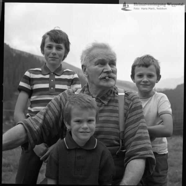 #030058 | Josef Vogel; Vater von Rosmarie Vogel; mit den Enkeln; Toni * 1965; Hans * 1969; Ruedi * 1969; vtb; anv