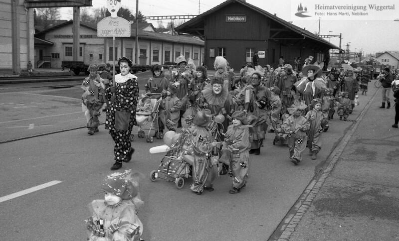 #030203 | 1993; Kreis junger Mütter; fja