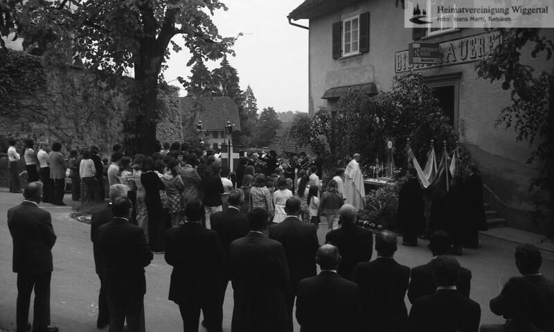 #030262 | Fronleichnam 1975; Prozessionshalt; beim Altar vor der Bierbrauerei; MHN; fja