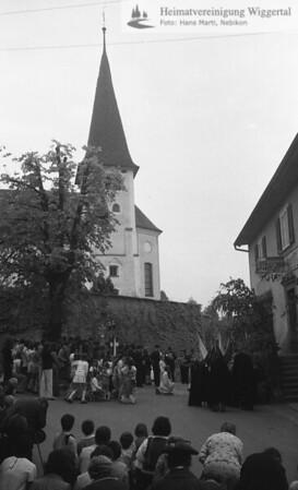 #030259 | Fronleichnam 1975; Prozessionshalt mit Segen; MHN; fja