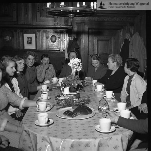 #030648 | Mitglieder der Trachtengruppe Nebikon ca. 1960-1964; Sternsingen mit Kaffeeehalt im Schloss Altishofen bei den Klosterfrauen; vrnl:; Antoinette Erni, Frau Marie Wermelinger, Frau Emilie Wüest, . . .; Annemarie Kaufmann, Martha Bucher, . . ., Bertha Ineichen; wer?; pewü; fja
